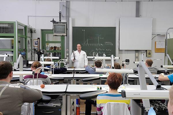 Bild: BAyerische Mesiterschule für das Uhrmacherhandwerk -Klassenraum